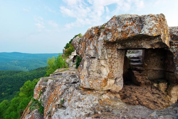 Vieille grotte en montagne
