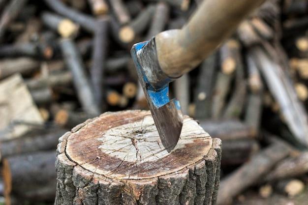 La vieille hache est poignardée dans une ruche en bois