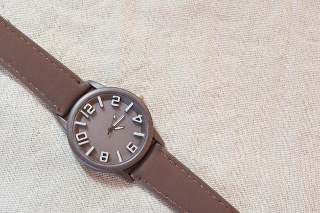 Vieille horloge brune sur un sac