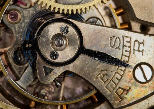 Vieille horloge, engrenages métalliques se bouchent