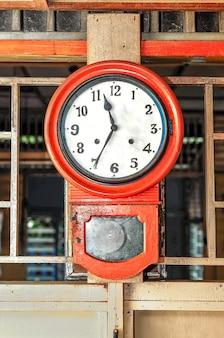 Une vieille horloge sur le mur