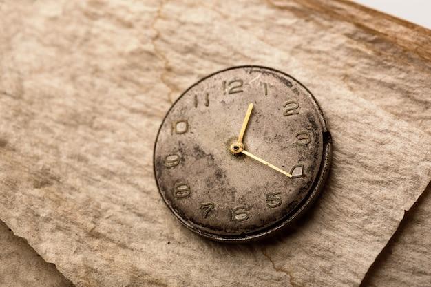 Vieille horloge sur un papier manuscrit