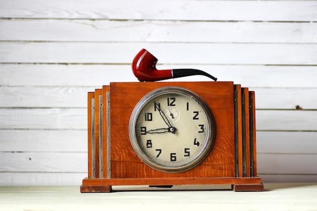 Vieille horloge et pipe