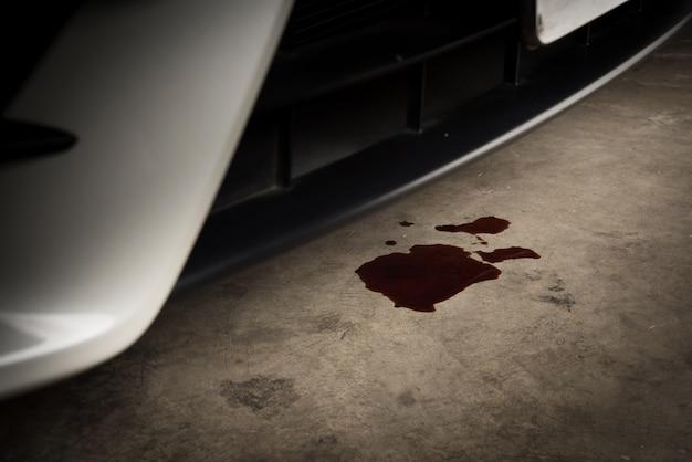 Vieille huile noire utilisée de voiture auto fuite mobile et chute sur sol en béton, service de maintenance