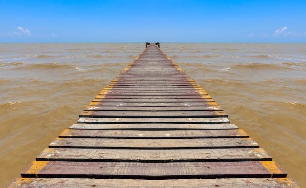 Vieille jetée de pont en bois sur la belle mer