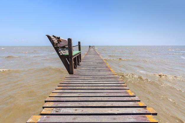 Vieille jetée de pont en bois avec personne contre beau ciel