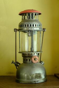 Vieille lampe à lanterne à essence ancienne