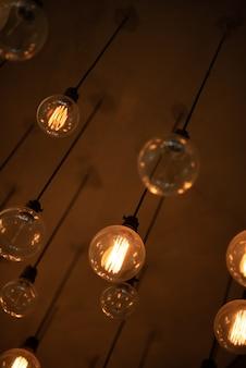 Vieille lampe en or jaune fixée au plafond.