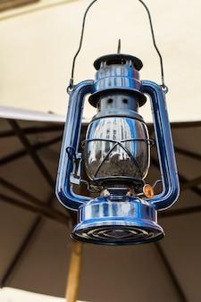 Vieille lampe d'ouragan dans la rue. lampe vintage. lampe à pétrole. équipement à l'ancienne. géorgie
