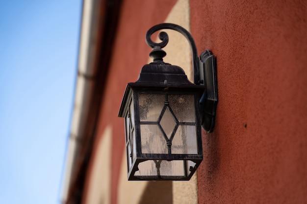 Vieille lanterne sur mur orange