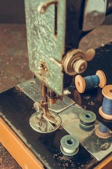 Vieille machine à coudre rétro et détails de l'aiguille en gros plan du fil