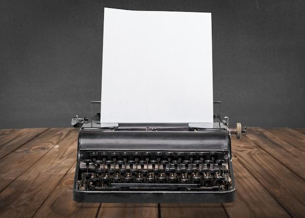 Vieille machine à écrire avec du papier sur fond