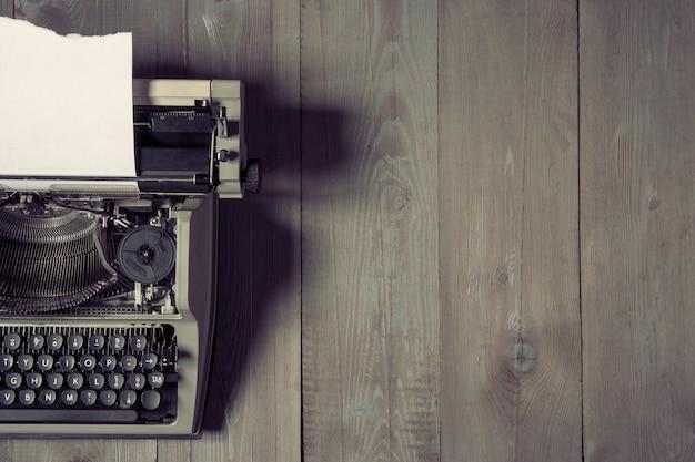 Vieille machine à écrire avec du papier