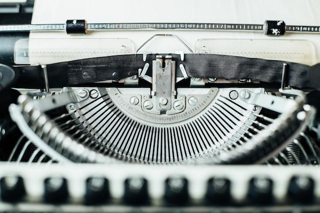 Vieille machine à écrire rétro avec feuille de papier, photo en gros