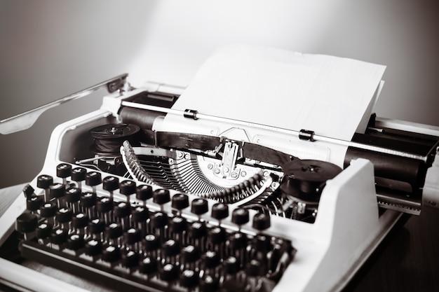 Vieille machine à écrire sur table en bois. photo teintée de style vintage.