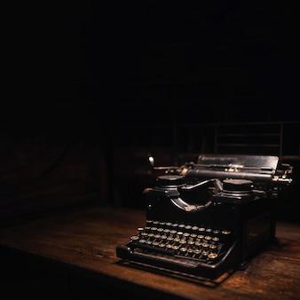Vieille machine à écrire sur une table en bois