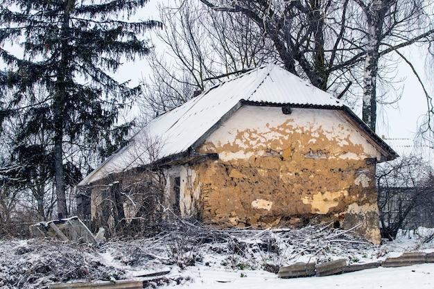 Vieille maison abandonnée à la campagne en hiver