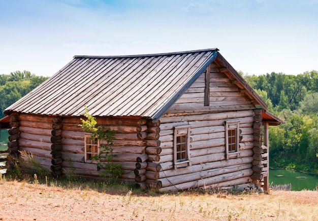 Vieille maison en bois au bord de la rivière