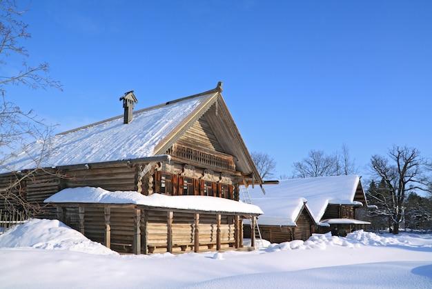 Vieille maison en bois dans village