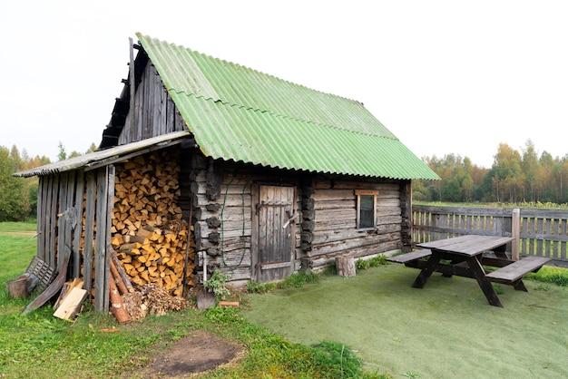 Vieille maison en bois et lieu de pose de bois