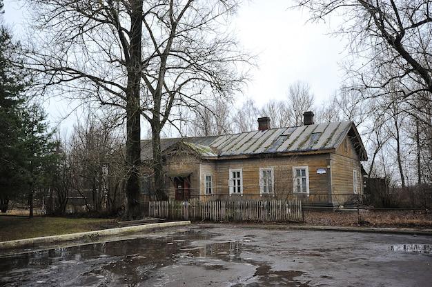 Vieille maison en bois sur la place de la gare à borovichi, région de novgorod
