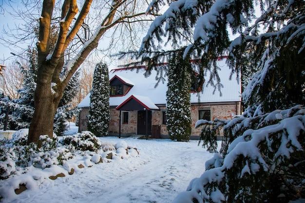Vieille maison en brique et arbres autour de la neige en basse silésie, pologne