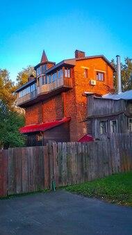 Vieille maison de brique insolite