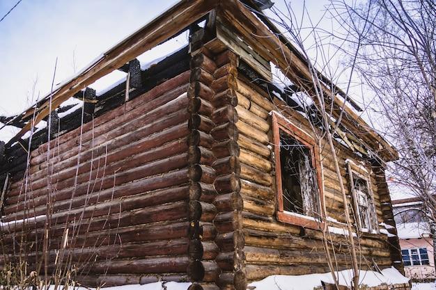 Vieille maison cassée en hiver