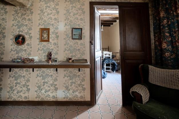 Vieille maison avec mobilier classique
