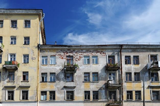 Vieille maison stalinienne typique de saint-pétersbourg de style empire avec des arbres en croissance sur le balcon