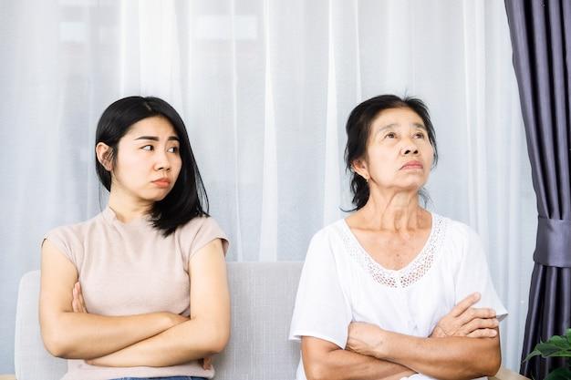 Vieille mère asiatique senior en colère et ignorant sa jeune fille