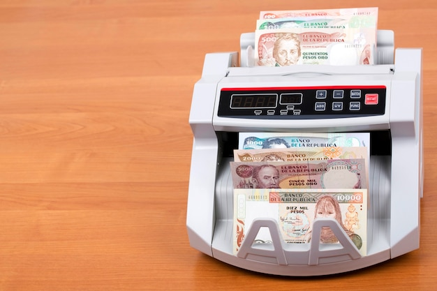 Vieille monnaie colombienne dans une machine à compter