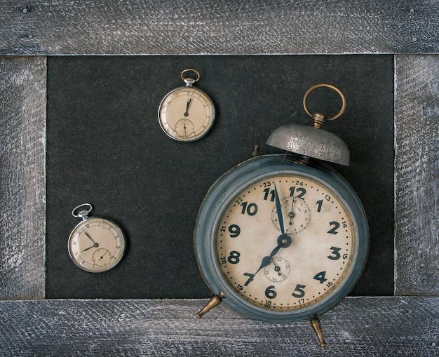 Vieille montre de poche et réveil