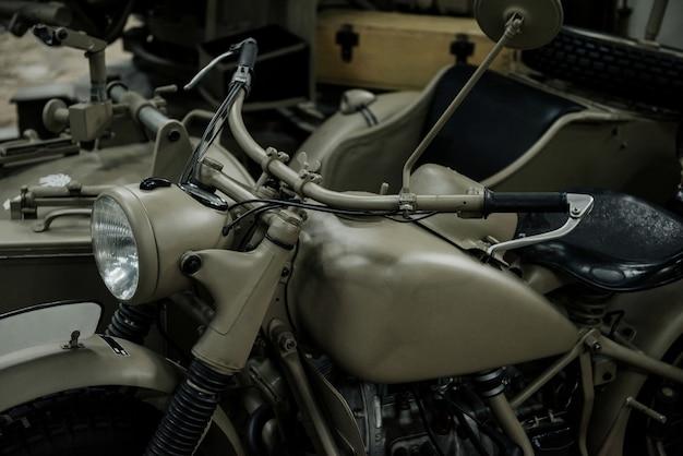 Vieille moto de guerre vue de côté