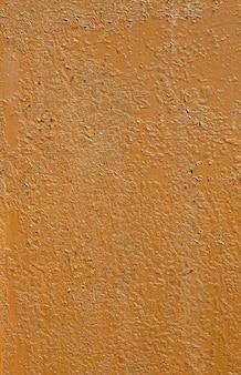 Vieille peinture décortiquée marron sur fond vertical métallique