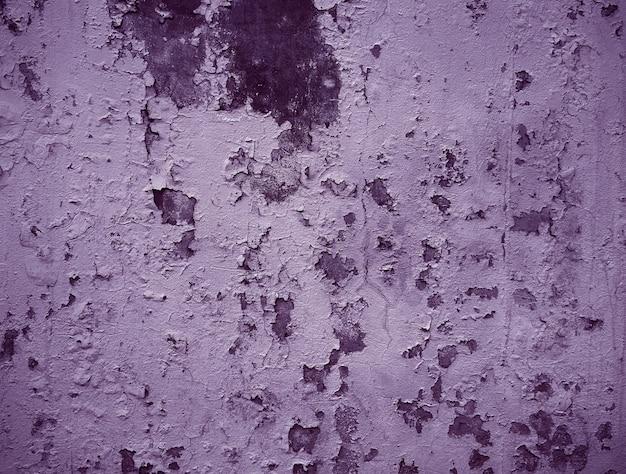 Vieille peinture fissurée sur le mur de béton