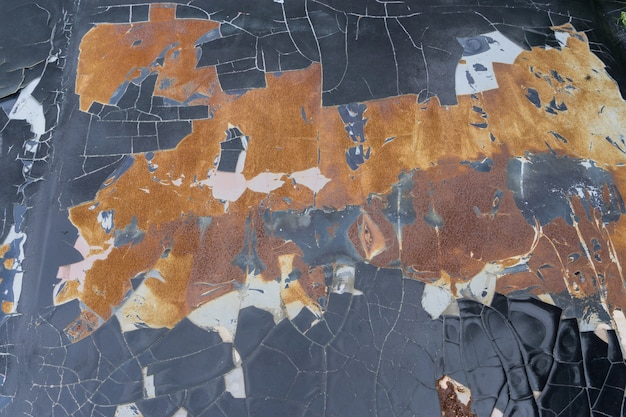 La vieille peinture de voiture s'est rompue, mais la surface en acier rouillé.