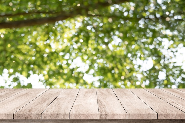 Vieille planche de bois avec arrière-plan flou vert naturel abstrait pour l'affichage du produit