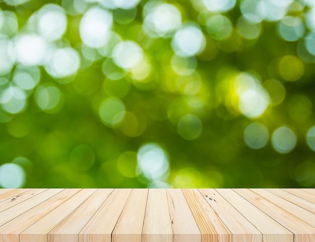 Vieille planche de bois avec fond abstrait bokeh vert naturel abstrait pour la présentation du produit