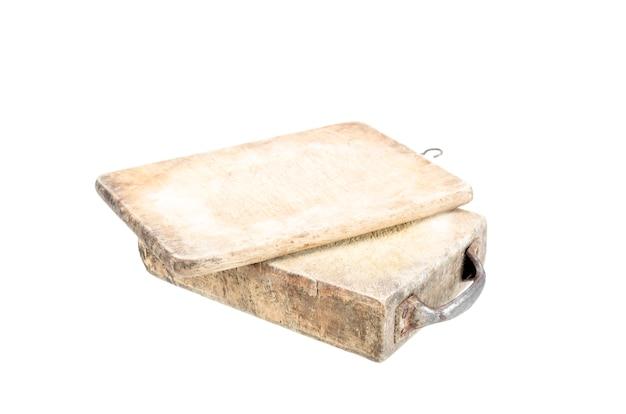 Vieille planche à découper en bois isolée avec un tracé de détourage