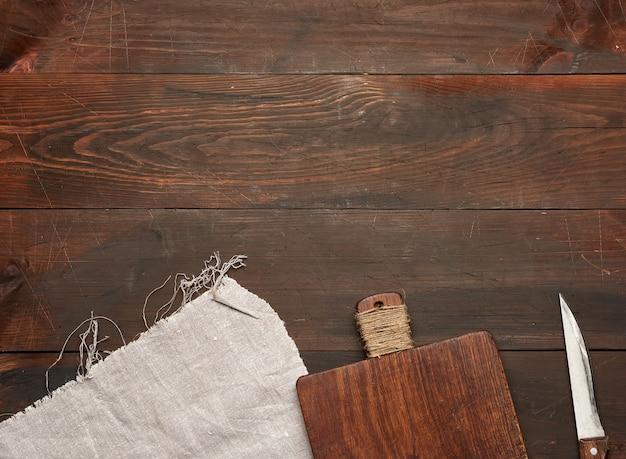 Vieille planche à découper rectangulaire en bois vide et couteau, vue de dessus