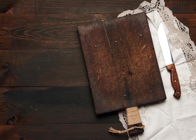 Vieille planche à découper rectangulaire en bois vide et couteau