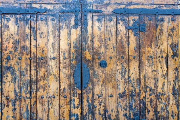 La vieille porte en bois antique