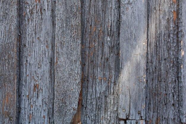 Vieille porte en bois avec peeling et fond de peinture bleue fissurée