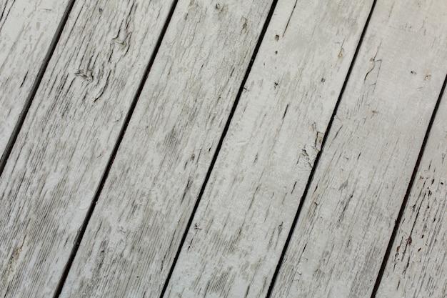 Vieille porte en bois avec peinture écaillée et craquelée.