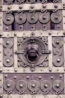 Vieille porte en bois vintage rustique closeup fond porte ornementale détail texture modèle traditionnel