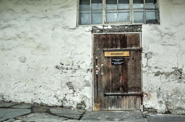 Vieille porte dans le vieux bâtiment en norvège