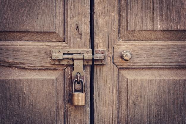 Vieille porte frapper et texture de mur de serrure à clé et fond
