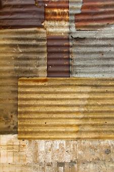 Vieille porte galvanisée rouillée