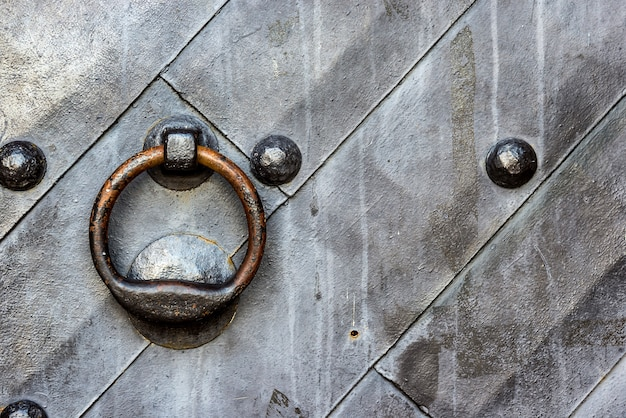 Vieille porte en métal noir dans la porte du temple avec heurtoir à anneau